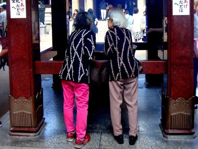 Koganji Temple in Tokyo's Sugamo has a reputation for helping pain. Which is one reason why so many seniors love the neighborhood