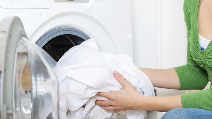 Ella echó en la lavadora una bola de papel aluminio