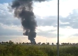 Avião da FAB cai em rodovia do Rio de Janeiro e pilotos sobrevivem
