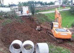 Prefeitura realiza melhorias em rede de esgoto e muro de contenção em Bento