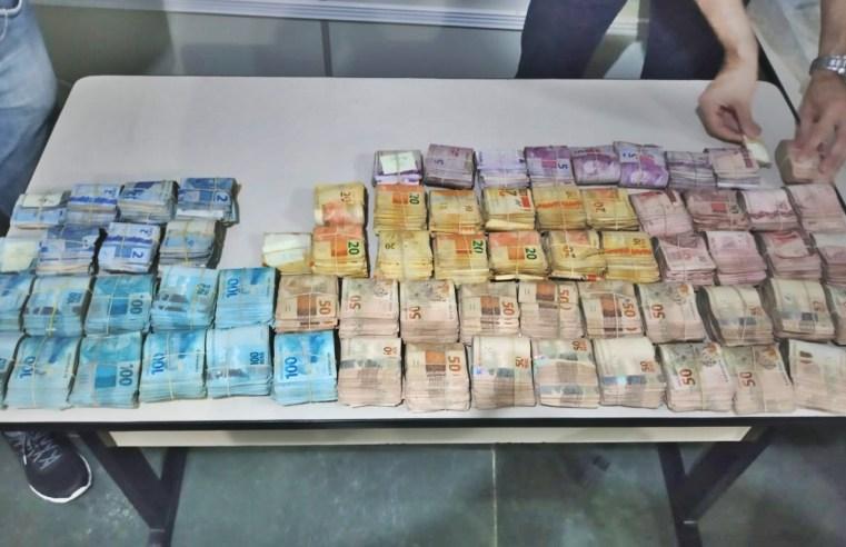 Polícia encontra mais de R$ 200 mil, cigarros contrabandeados, medicamentos e três armas de fogo em bar na Vila Souza