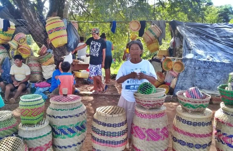 Grupo de indígenas monta acampamento em Assis para vender seus produtos