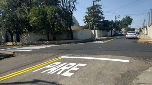Ruas recapeadas recebem sinalização de trânsito e Prefeitura alerta para faixas não autorizadas