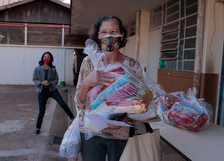 Prefeitura inicia entrega de, kits de alimentos de gêneros secos a alunos da Educação Municipal