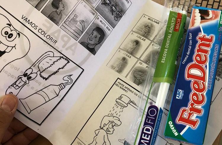Prefeitura entrega kits de higiene bucal e boletim informativo aos alunos da APAE de Assis