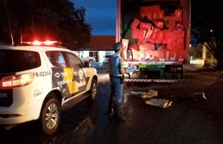 Polícia Rodoviária apreende caminhão com cigarros contrabandeados na Rodovia Raposo Tavares em Assis.