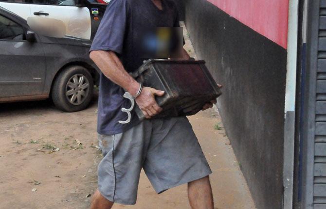 Homem é preso em flagrante após furtar bateria de Carro em Assis.
