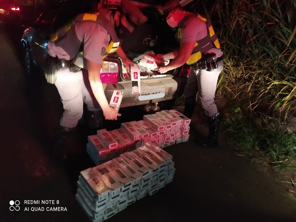 Motorista embriagado é flagrado com cigarros contrabandeados.