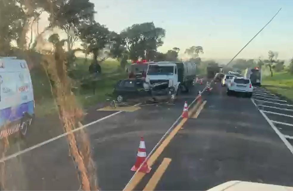 Motorista de 60 anos morre em acidente envolvendo dois carros e um caminhão em Assis