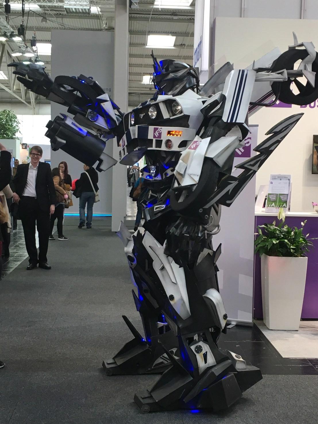 Ein Mensch im Roboter Kostüm