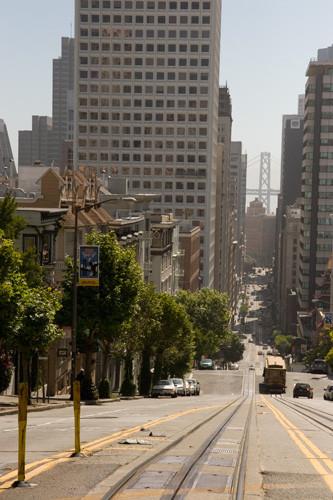 ケーブルカーでサンフランシスコの坂道をのぼる。