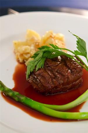 牛フィレ肉のポワレ 赤ワインソース