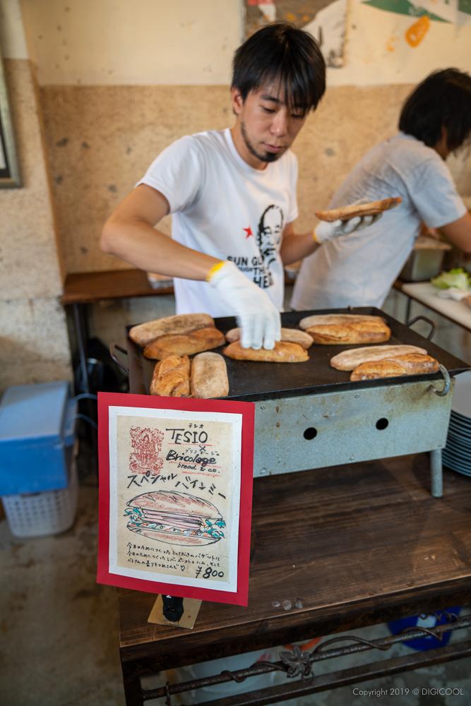 嶺井さんがパンを焼く