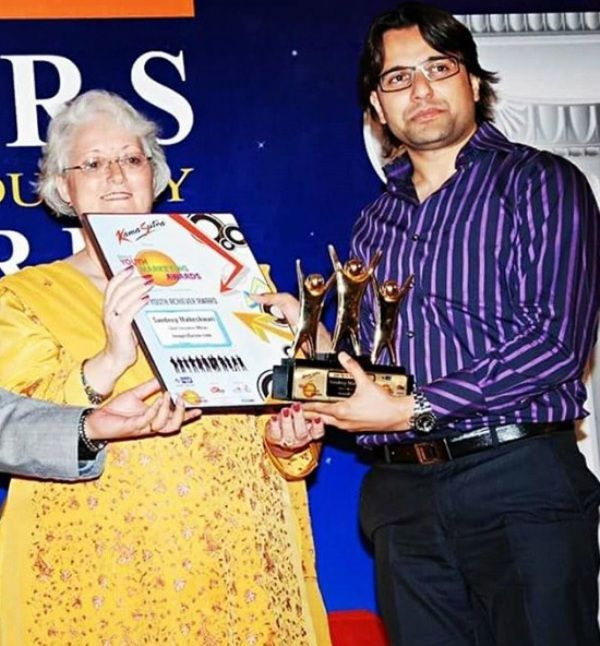sandeep maheshwari receiving star youth achiever award