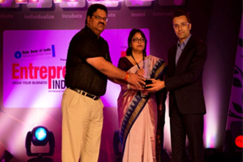 sandeep maheshwari receiving creative entrepreneur of the year award