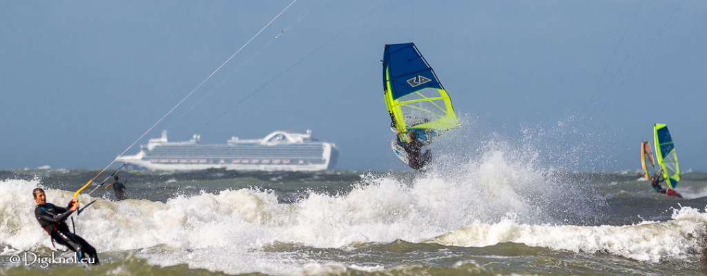 Windsurf acrobatics by Josanne