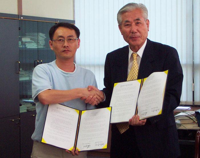 2002년 9월 2일 있었던 경남도민일보 임금교섭 타결 후 기념 촬영. 왼쪽이 당시 노조 위원장이었던 필자, 오른쪽은 당시 사장이었던 이순항 선생님.