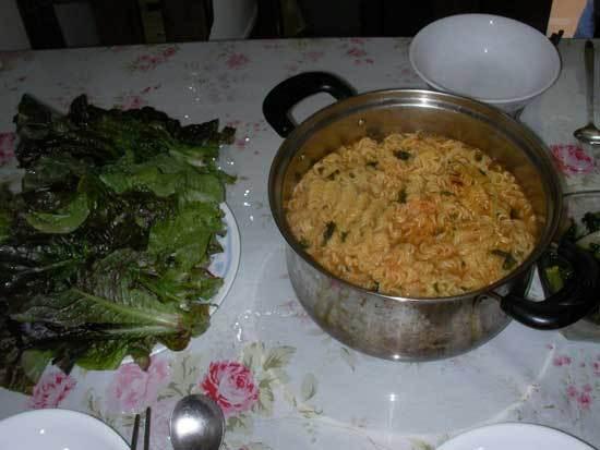 스프를 약간 줄여서 라면을 끓이고 상추와 깻잎, 쌈장을 준비하면 된다.