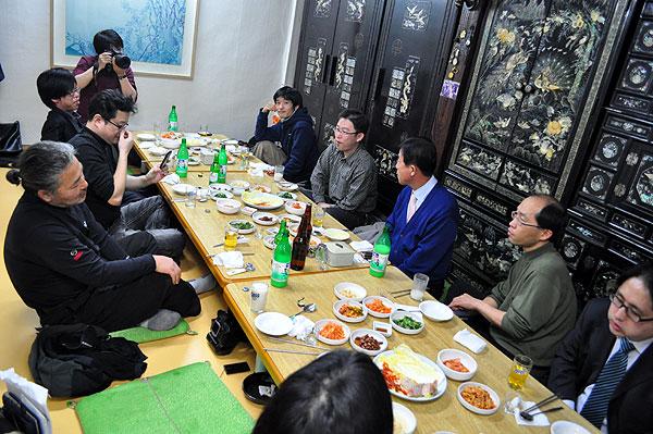 지난 19일 서울에서 열린 원혜영 의원과 블로거 간담회에 참석한 도아. 왼쪽 앞에서 두 번째 아이폰 들여다보고 있는 이. ⓒ100in.com