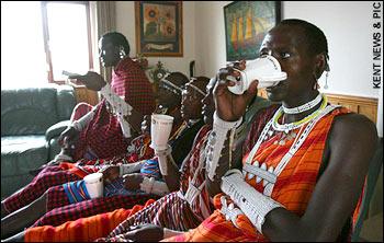 <p> 2008年4月13日に開かれるロンドンマラソン2008。このマラソンに参加するために、タンザニアの小さな村から6人のマサイ族の戦士たちがやってきている。</p>