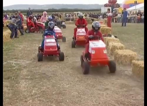 「僕が一番、芝刈り機をうまく使えるんだ!」イギリスの芝刈り機レース