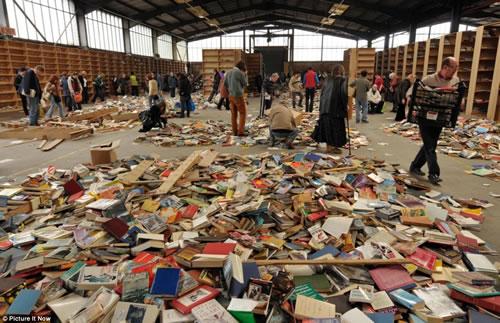 Amazonに本を卸していた会社が倉庫を放棄。大量の本の無料配布に人々が殺到!