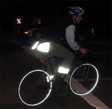 暗い夜道もこれで安心? サイクリング用スコッチライトパンツ