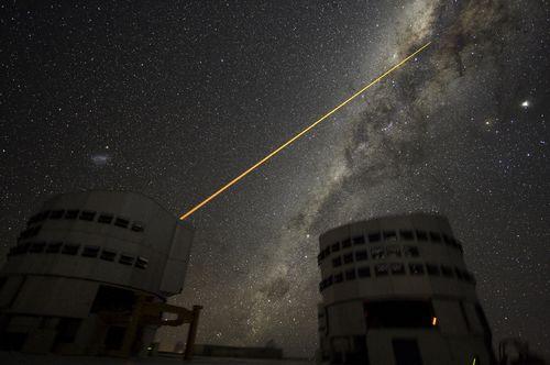 【今日のNASA】天体写真「銀河の中心を撃つレーザー」