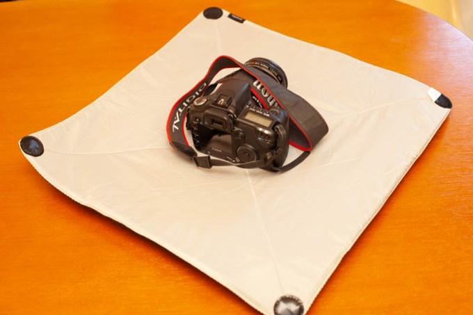風呂敷型メッセンジャーラップにカメラを包む
