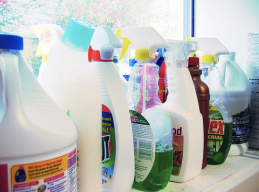 Produtos de Limpeza e Remédios: devem ser mantidos em local ventilado e longe do alcance de crianças. As embalagens vazias não devem ser reaproveitadas. Caso haja ingestão de produtos de limpeza ou remédios, leve a pessoa ao hospital, assim como, o produto ingerido. (Fotos : internet)