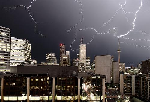 グレーを基調とした前景の落雷の画像