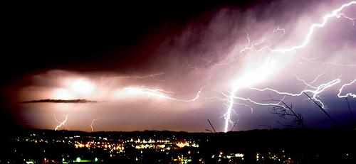 空は稲妻狂想曲状態の落雷画像