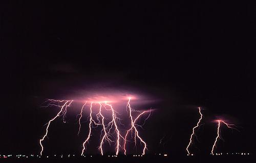 黒さを強調した遠方の雷鳴とどろく数多くの落雷