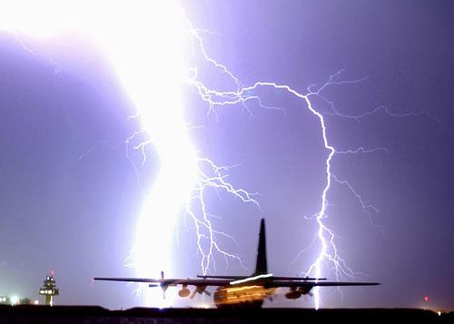 太い稲妻のシルエットの迫力ある落雷画像