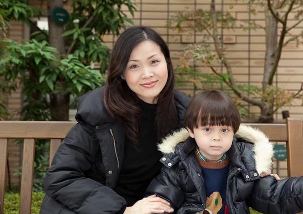 Mayumi_and_Kai_on_bench.jpg