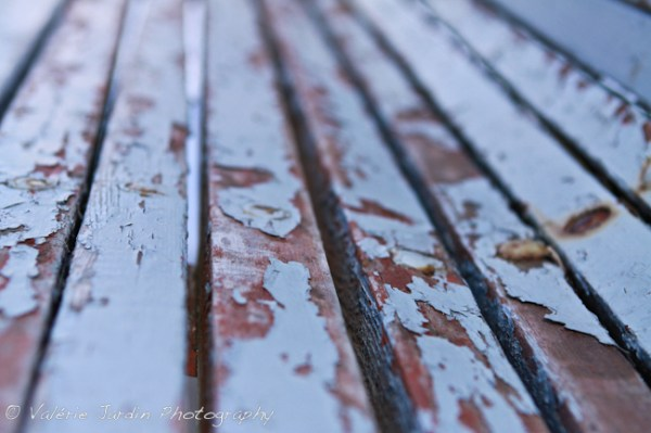 Image: Peeling paint on old park bench