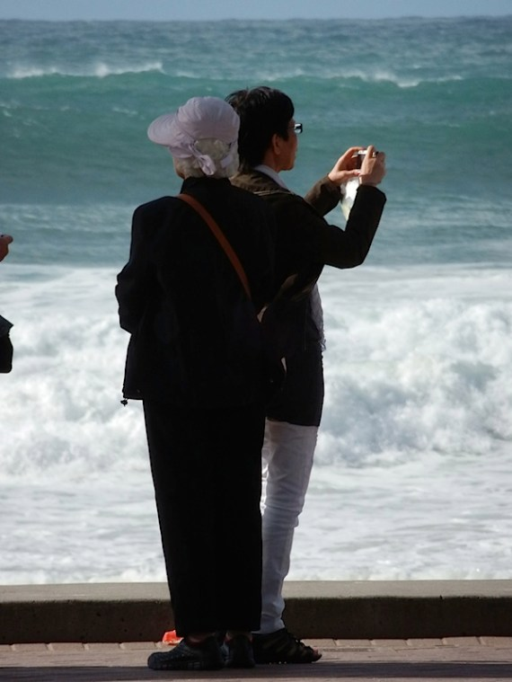 女人远程海滩1.JPG