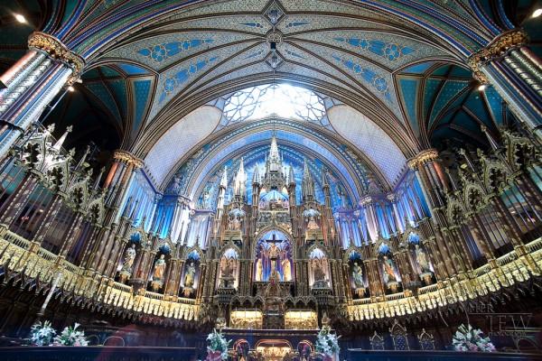 catedral de grande angular com teto explodido e sombras profundas