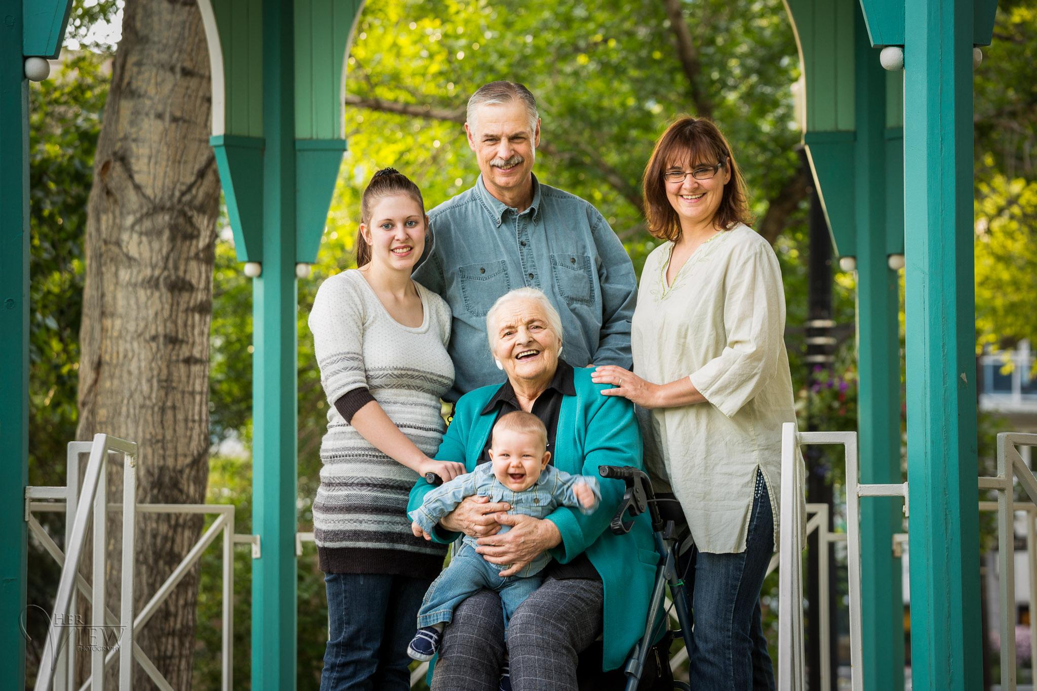 família posando com um bebê