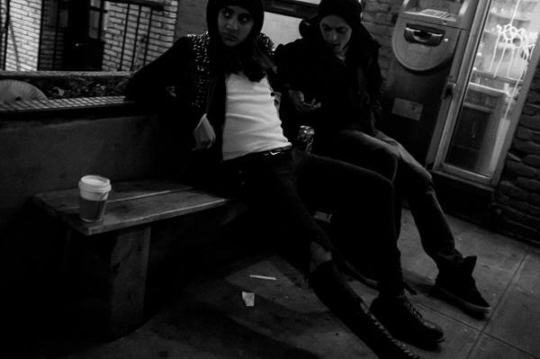 pessoas sentadas em um banco à noite