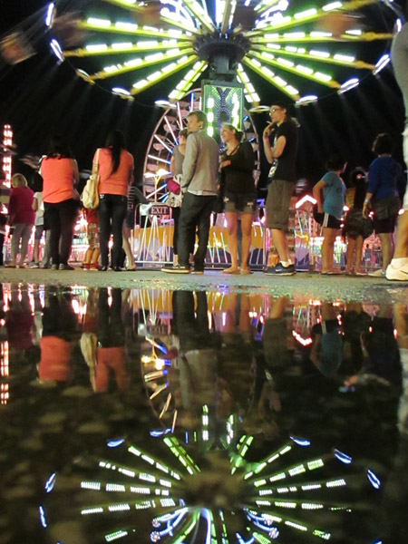 puddle, reflection, how to, carnival, night, street photography