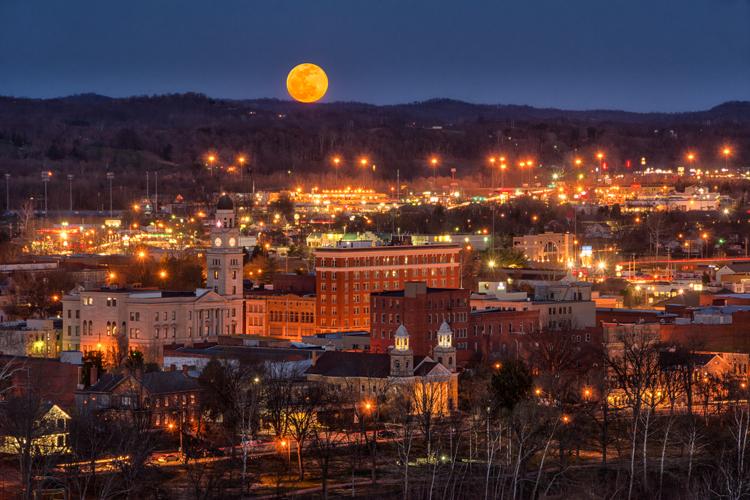 fotografia com pouca luz nascer da lua