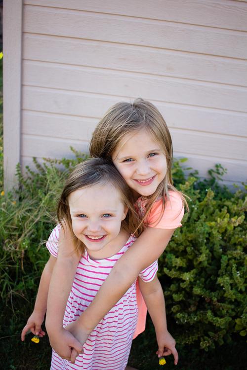 posing-young-siblings-3