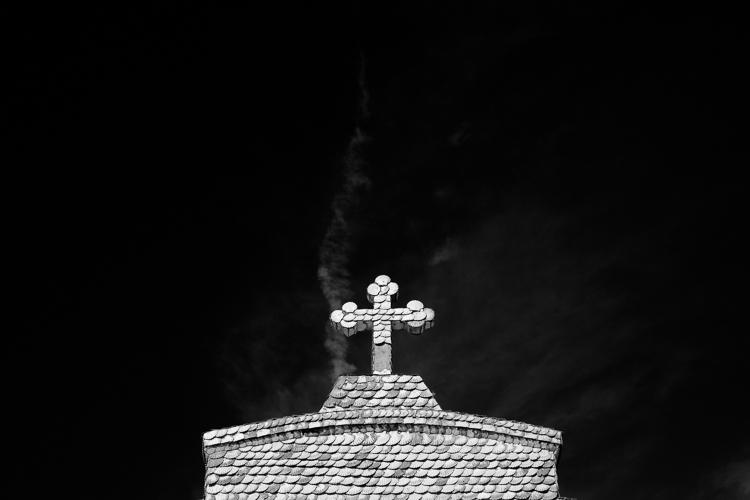 Igreja em preto e branco com filtro vermelho