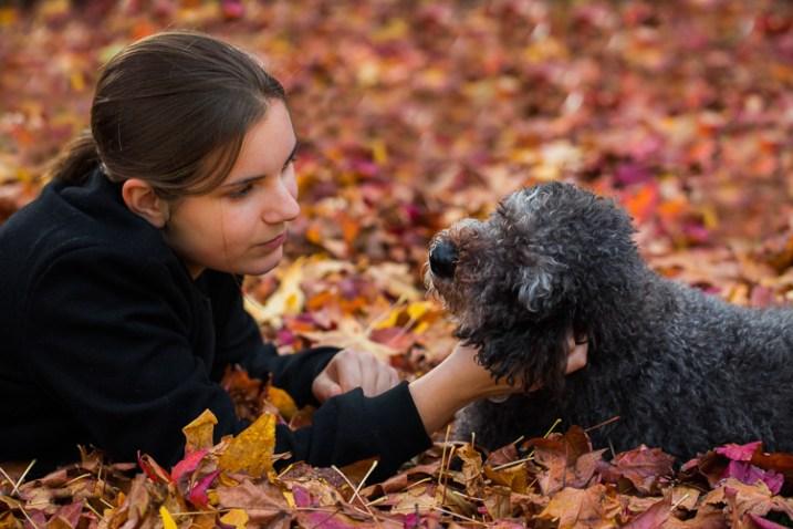 fotografando a natureza em seu retrato de quintal com um cachorro