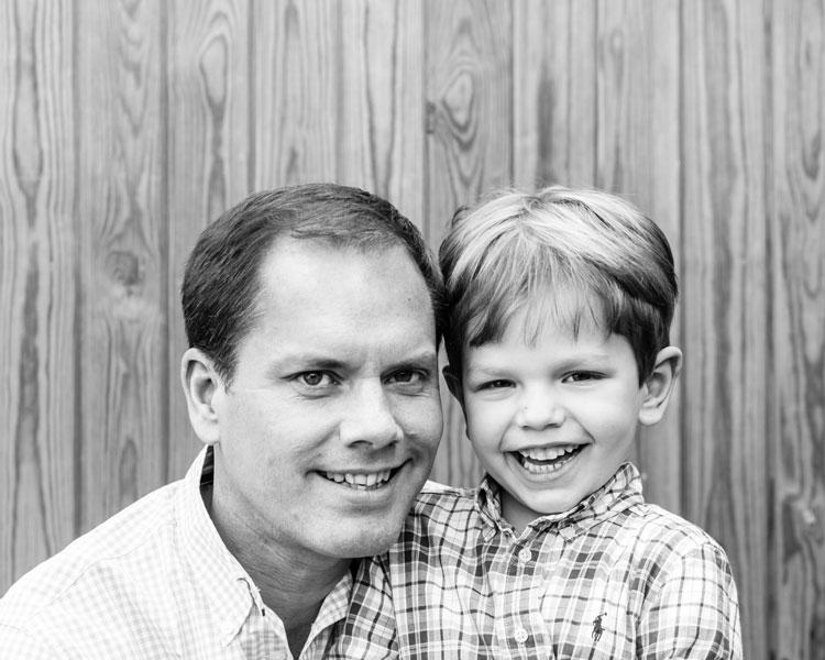 Retrato de família pai e filho em preto e branco