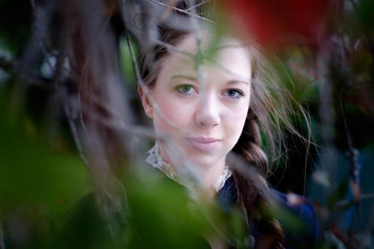 fotografar através de uma árvore para um retrato