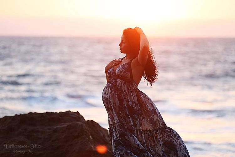mulher retrato da hora dourada na praia
