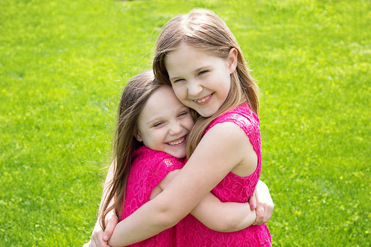 50mm vs 85mm for portrait photography girls hugging