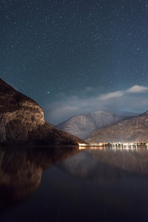 montanha com céu estrelado